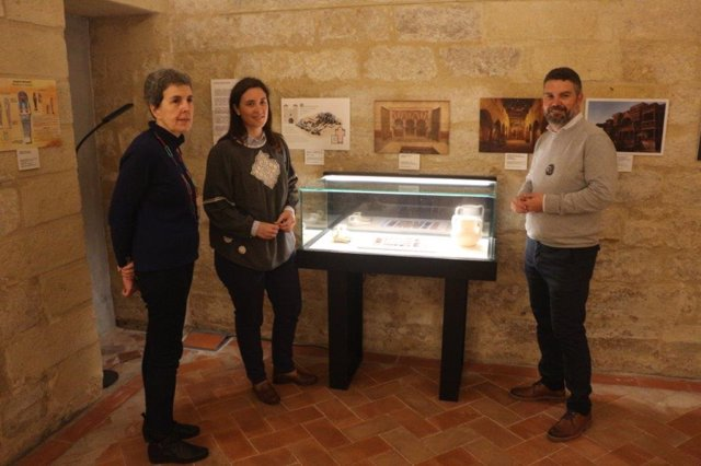 La delegada de Fomento, Infraestructuras y Ordenación del Territorio; y Cultura y Patrimonio Histórico en Córdoba, Cristina Casanueva, visita una exposición