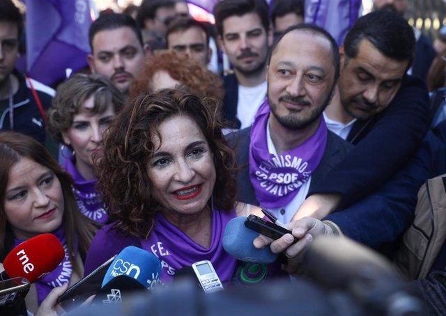 La ministra María Jesús Montero en la manifestación del 8 de marzo, Día Internacional de la Mujer, en Sevilla.