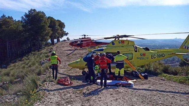 El GERA de Bomberos, junto al SUMMA, rescatan a un ciclista que se había precipitado por un barranco.