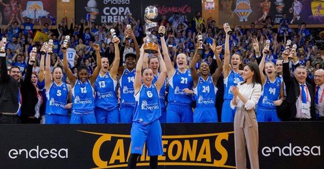 Silvia Domínguez levanta el trofeo de la Copa de la Reina 2020.