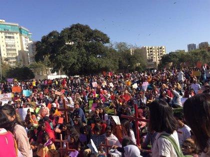 Pakistán.- Miles de mujeres marchan por sus derechos en Pakistán a pesar de las pedradas de grupos islamistas