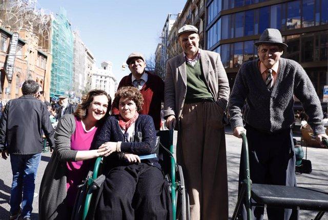 L'alcaldessa de Barcelona, Ada Colau, en el seu passeig pel carrer Aragó de Barcelona