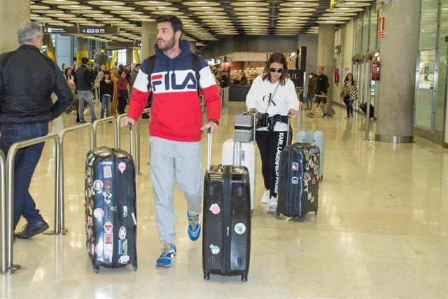 Miguel Torres y Paula Echevarría en el aeropuerto de Madrid