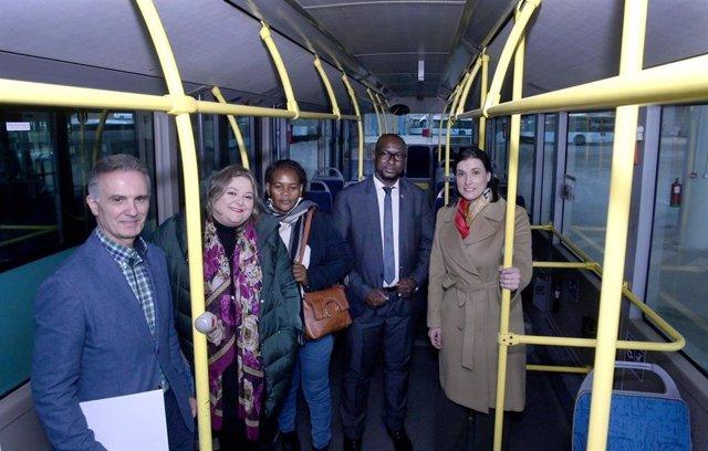 Alcaldesa y concejales de Santander en autobús municipal que se donará a Senegal