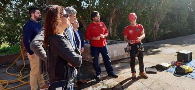La presidenta del Consell de Mallorca, Catalina Cladera, y el  conseller insular de Hacienda y Función Pública, Josep de Lluis, han participado en la jornada de puertas abiertas por la Diada de Bomberos de Mallorca.