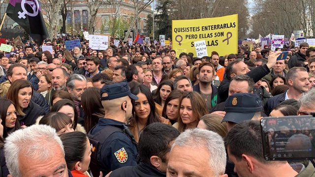 La vicealcaldesa de Madrid, Begoña Villacís, escoltada por varios policías durante la manifestación del 8 de marzo