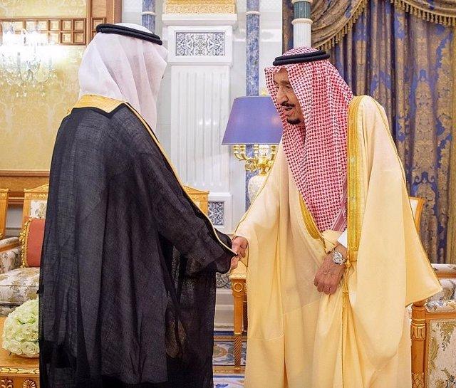 A.Saudi.- El rey saudí reaparece en un acto público tras los rumores sobre su es