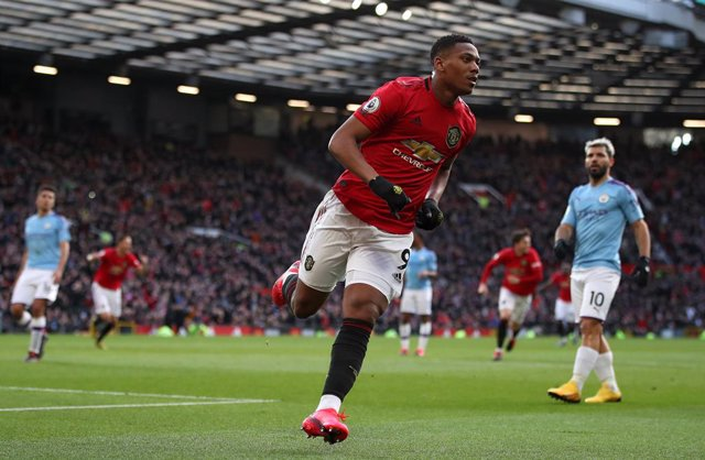 Fútbol/Premier.- (Crónica) El United agarra el derbi de Mánchester y sigue acech