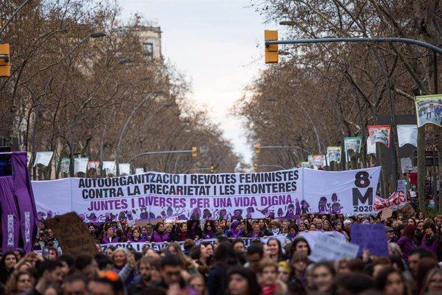 """Manifestants amb una gran pancarta en la qual posa """"Autoorganització i revoltes feministes contra la precarietat i les fronteres. Juntes i diverses per una vida digna"""" del 8M (Dia Internacional de la Dona), a Barcelona a 8 de març de 2020."""