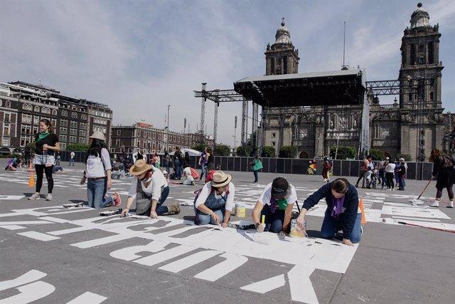 8M.- Pintan en el Zócalo de Ciudad de México nombres de mujeres asesinadas