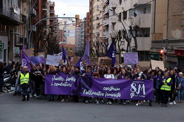 Pla general de la capalera de la manifestació unitria del moviment feminista del 8-M a Tarragona. Imatge del 8 de mar del 2020 (Horitzontal).