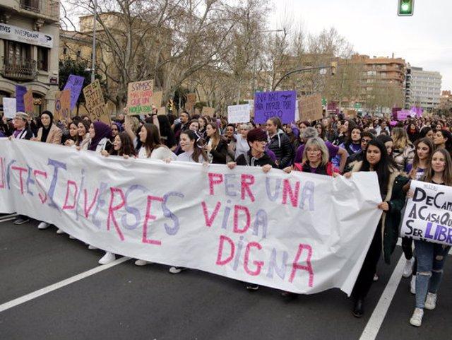 Pla obert de la pancarta que ha encapçalat la manifestació feminista del 8M a Lleida, convocada per Marea Lila, el 8 de març de 2020 (Horitzontal)