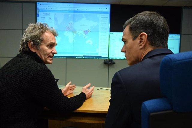 El presidente del Gobierno, Pedro Sánchez (d), se reúne con el director del Centro de Coordinación de Alertas y Emergencias Sanitarias, Fernando Simón (i), en su visita al Centro de Coordinación de Alertas y Emergencias Sanitarias