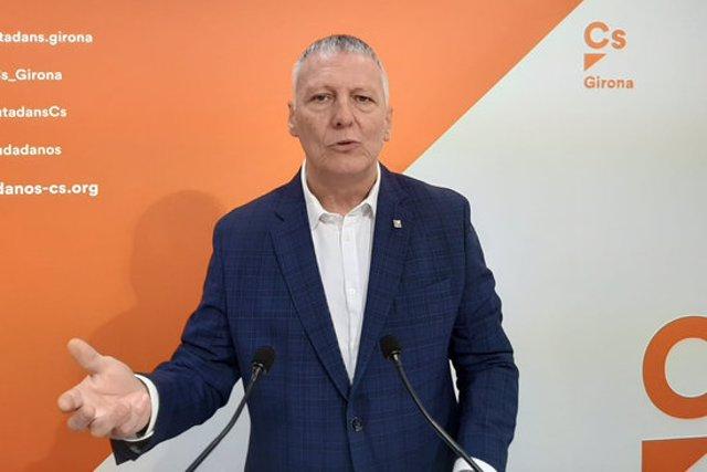 Pla mitjà del diputat gironí de Ciutadans al Parlament, Jean Castel, durant una roda de premsa el 9 de març de 2020 (Horitzontal)