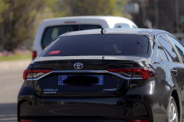 Un coche VTC circula por una calle, en Madrid (España) a 5 de marzo de 2020.