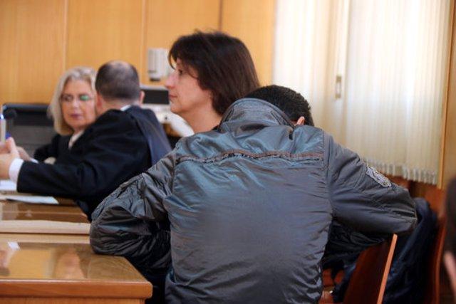 Primer pla de l'acusat de matar un home a Cambrils, d'esquenes, abans de començar el judici a l'Audiència de Tarragona. Imatge del 9 de març del 2020. (Horitzontal)