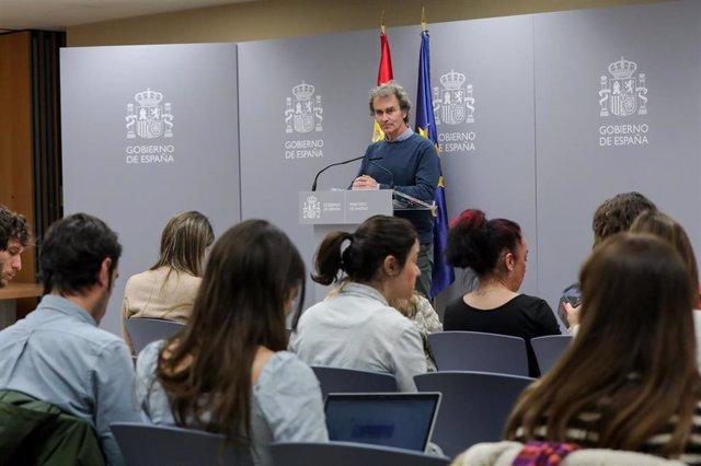 El director del Centro de Coordinación de Alertas y Emergencias Sanitarias, Fernando Simón, responde a los medios en la rueda de prensa posterior a la reunión de seguimiento del coronavirus en el Ministerio de Sanidad, Madrid (España), a 9 de marzo de 202
