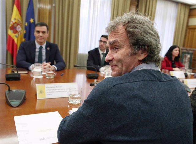 El ministro de Sanidad, Salvador Illa (i), el presidente del Gobierno, Pedro Sánchez (d), y el director del Centro de Coordinación y Alertas Sanitarias del Ministerio de Sanidad, Fernando Simón (de espaldas)