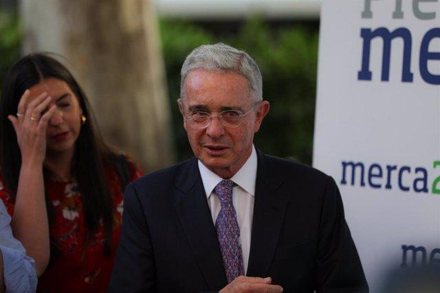 Colombia.- Uribe admite que una de las personas del audio que le inculpa en la c
