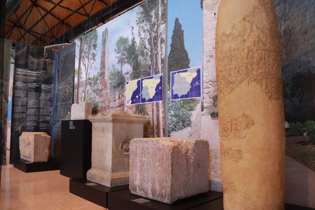 Pla general d'algunes peces de l'exposició del MNAT al Tinglado 4 del Moll de Costa de Tarragona. Foto del 2 de març del 2020 (Horitzontal).