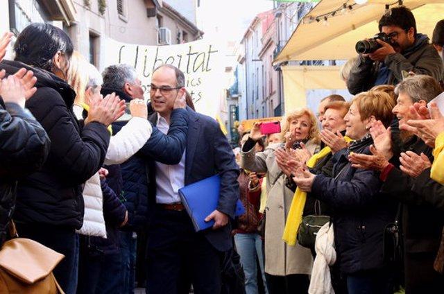 Pla mitjà d'un ciutadà abraçant l'exconseller Jordi Turull en el moment en què ha arribat a Terrassa el 10 de març de 2020. (Horitzontal)