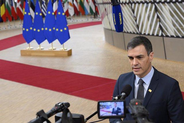 El president del Govern, Pedro Sánchez, atén a us mitjans de comunicació abans de la reunió del Consell Europeu en la qual es debat sobre el pressupost a llarg termini de la UE per 2021-2027, el denominat Marco Financer Plurianual (MFP), en Brus