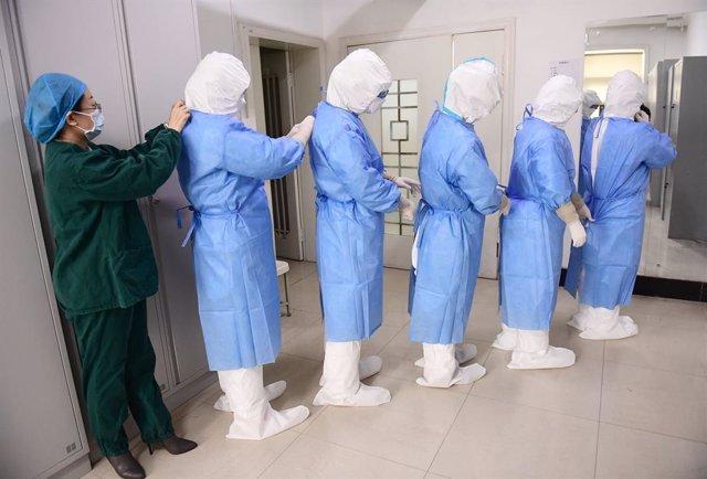 Personal mèdic a la ciutat xinesa de Liaoning.