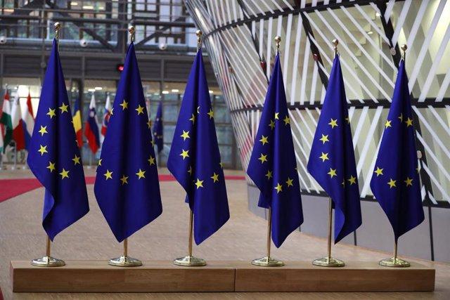 Banderas de la UE en una cumbre del Consejo Europeo en Bruselas