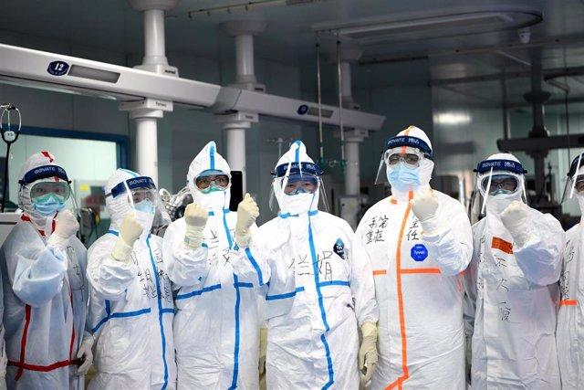 Médicos en un hospital universitario de Wuhan