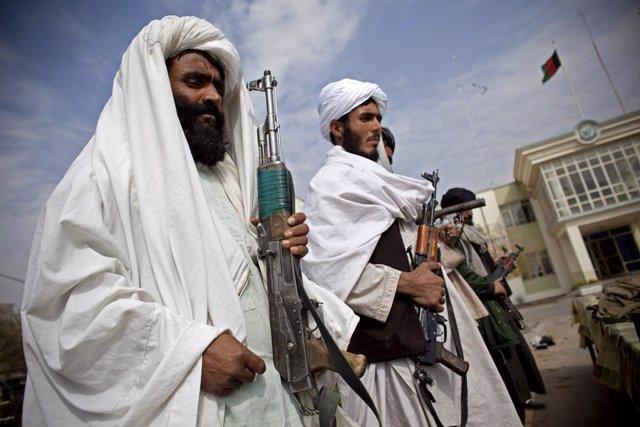 Combatents talibans entreguen les armes.