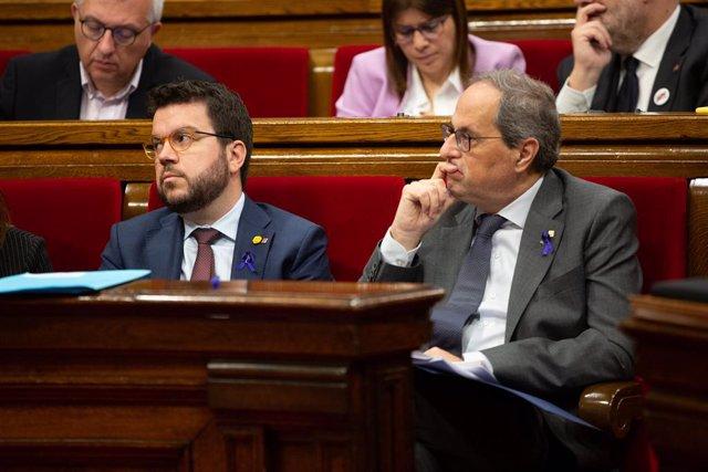 El vicepresident de la Generalitat, Pere Aragonès (e) i el president de la Generalitat, Quim Torra (d) al seu escó durant una sessió plenària al Parlament de Catalunya per aprovar els pressupostos de la cambra.