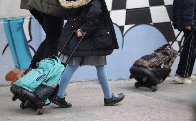 Alumnos de la Comunidad de Madrid acuden al colegio un día antes de que de comienzo el cierre temporal de guarderías, colegios y universidades tanto públicos como privados en toda la región para evitar la propagación del coronavirus, en Madrid (España), a
