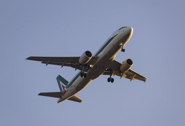 Imagen de archivo de un avión sobrevolando el aeropuero Adolfo Suarez-Madrid Barajas,.