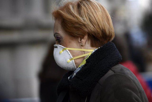 Una mujer con mascarilla se dirige a la Basílica de Jesús de Medinaceli en Madrid (España), a 6 de marzo de 2020.