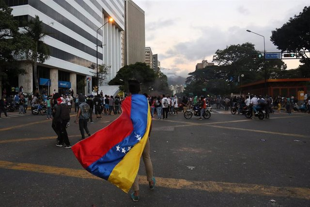 Manifestante con la bandera de Venezuela en Caracas (Imagen de archivo)