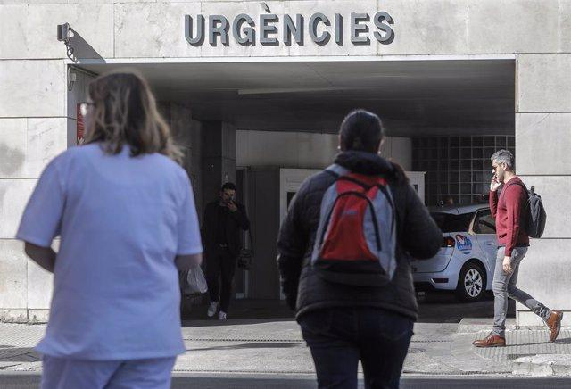 Personal sanitari ala porta d'Urgències de l'Hospital Clínic de València on es troba ingressat un pacient amb coronavirus, València (Espanya).