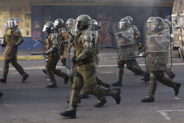 Agentes de Carabineros en la marcha del 8M en Valparaíso