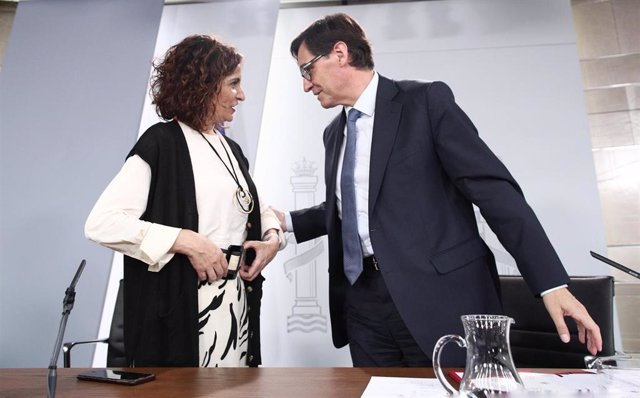 La ministra de Hacienda, María Jesús Montero, y el ministro de Sanidad, Salvador Illa, minutos antes de que de comienzo la rueda de prensa posterior al Consejo de Ministros convocada ante los medios para informar sobre el coronavirus. 10 de marzo de 2020.