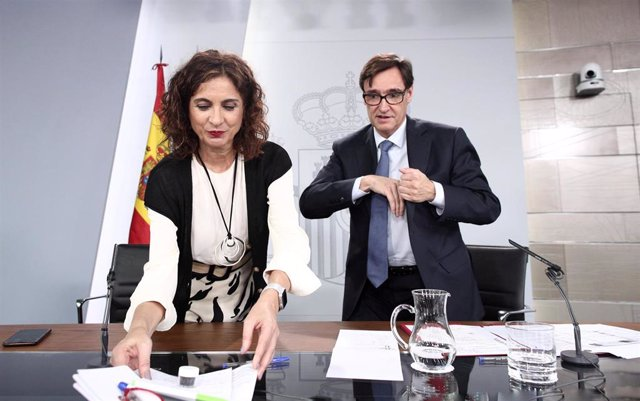 La ministra de Hacienda, María Jesús Montero, y el ministro de Sanidad, Salvador Illa, minutos antes de que de comienzo la rueda de prensa posterior al Consejo de Ministros