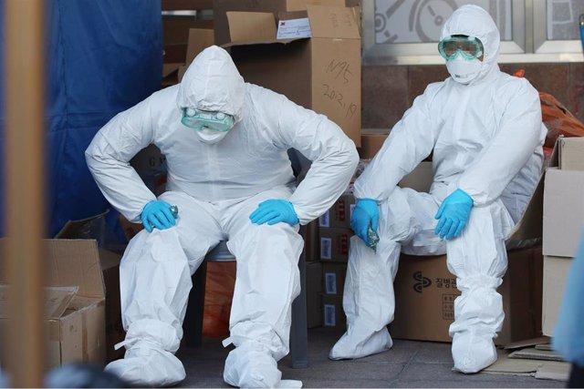 Trabajadores médicos en un hospital de Seúl en la zona de pruebas de coronavirus