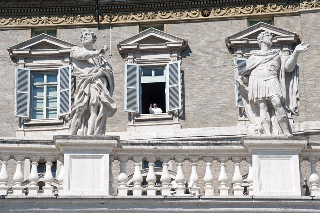 AMP.-Coronavirus.- El Papa celebra audiencia general en una sala del Palacio Apo