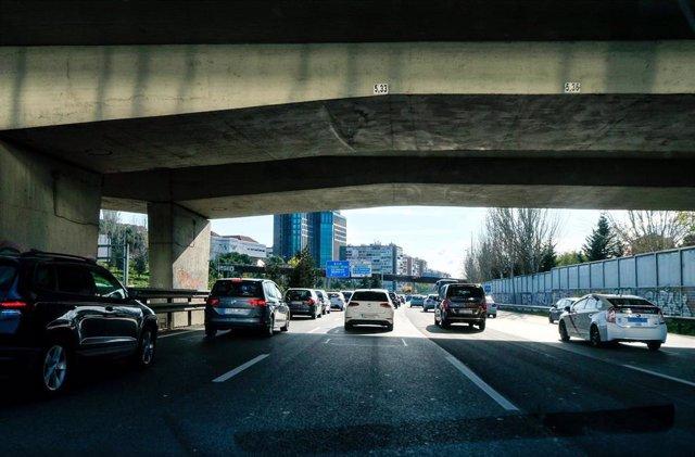 Imagen de recurso de coches bajo un puente de la M-30 de Madrid.