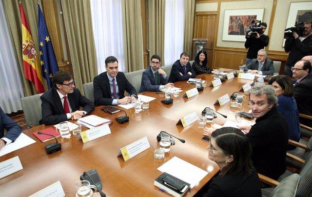 El ministro de Sanidad, Salvador Illa (1i), el presidente del Gobierno, Pedro Sánchez (2i), el director del Centro de Coordinación de Alertas y Emergencias Sanitarias del Ministerio de Sanidad, Fernando Simón (frente a Sánchez),