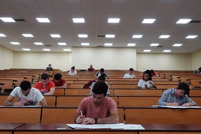 Estudiantes en un examen de las pruebas de Evaluación de Bachillerato para el Acceso a la Universidad (Pevau).