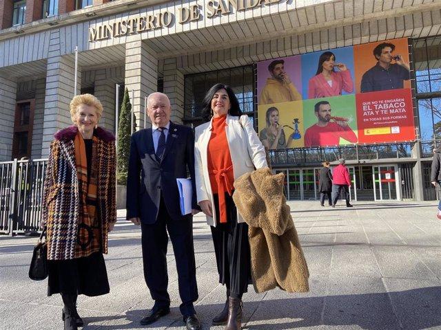 El presidente del Consejo General de Enfermería, Florentino Pérez Raya, y las vicepresidentas de la institución, Pilar Fernández y Raquel Rodríguez, tras reunirse en el Ministerio de Sanidad con el ministro Salvador Illa