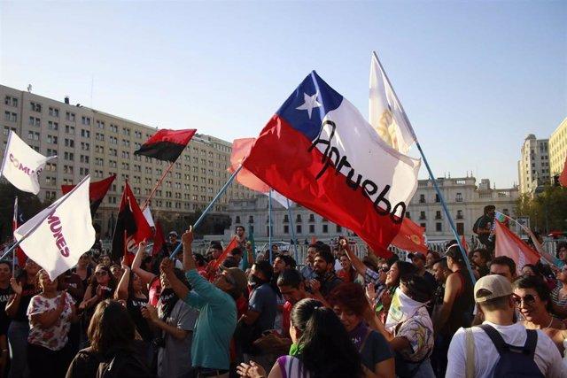Manifestación a favor del plebiscito constitucional en Chile frente al palacio presidencial de La Moneda