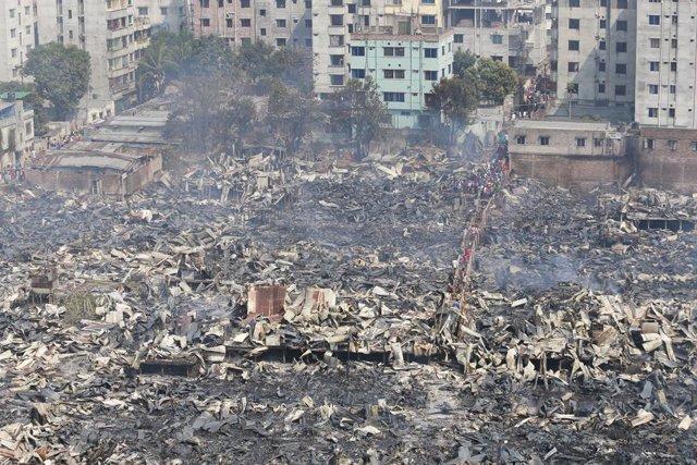 Bangladesh.- Miles de afectados a causa de un incendio en una zona chabolista en