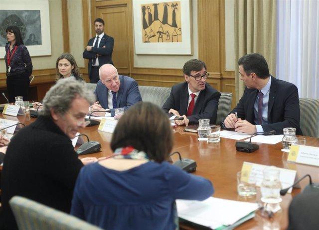 Salvador Illa (3i) habla con Pedro Sánchez (4i), acompañados de Fernando Simón (de espaldas), durante el comité de evaluación y seguimiento del coronavirus en Madrid, (España), a 11 de marzo de 2020.