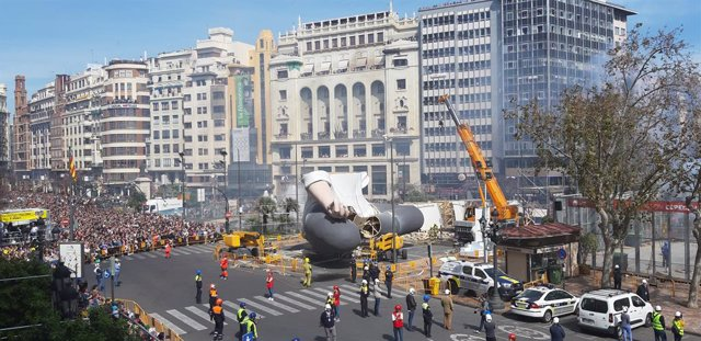 Imagen de parte de la Falla Municipal 'Açò també passarà' de Escif, Manolo Martín y José Ramón Espuig
