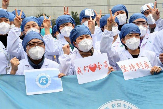 Trabajadores de un hospital en Wuhan.